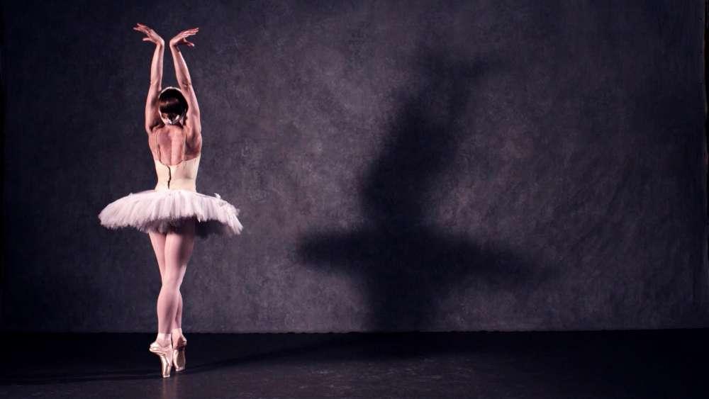 балерина на фоне стены