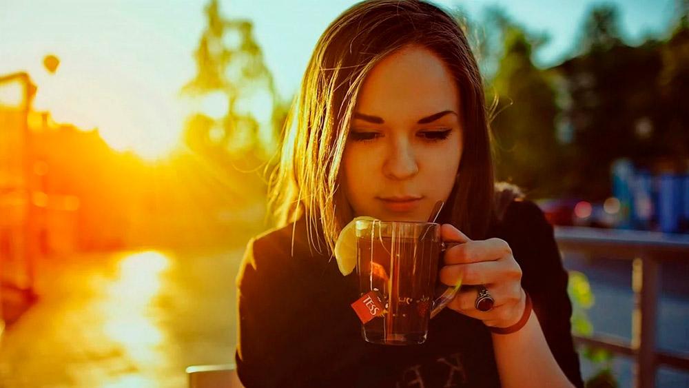 аниме девушка пьет чай