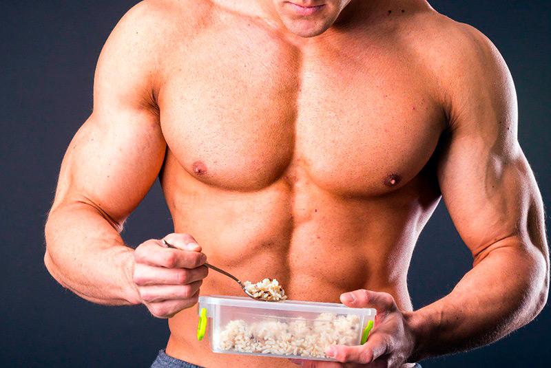 Спортсмен принимает пищу