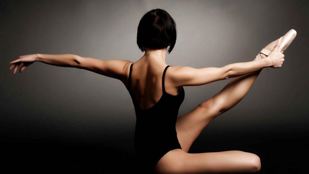 балерина разминается