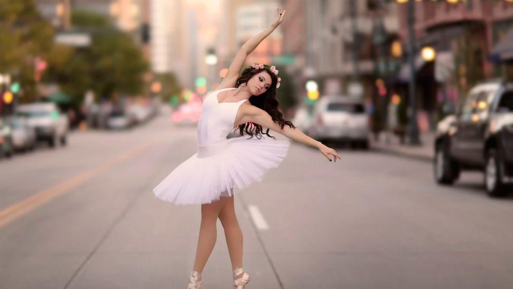 балерина на дороге