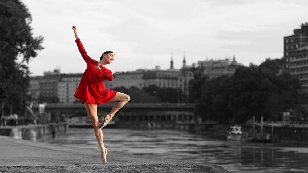 балерина в красном платье