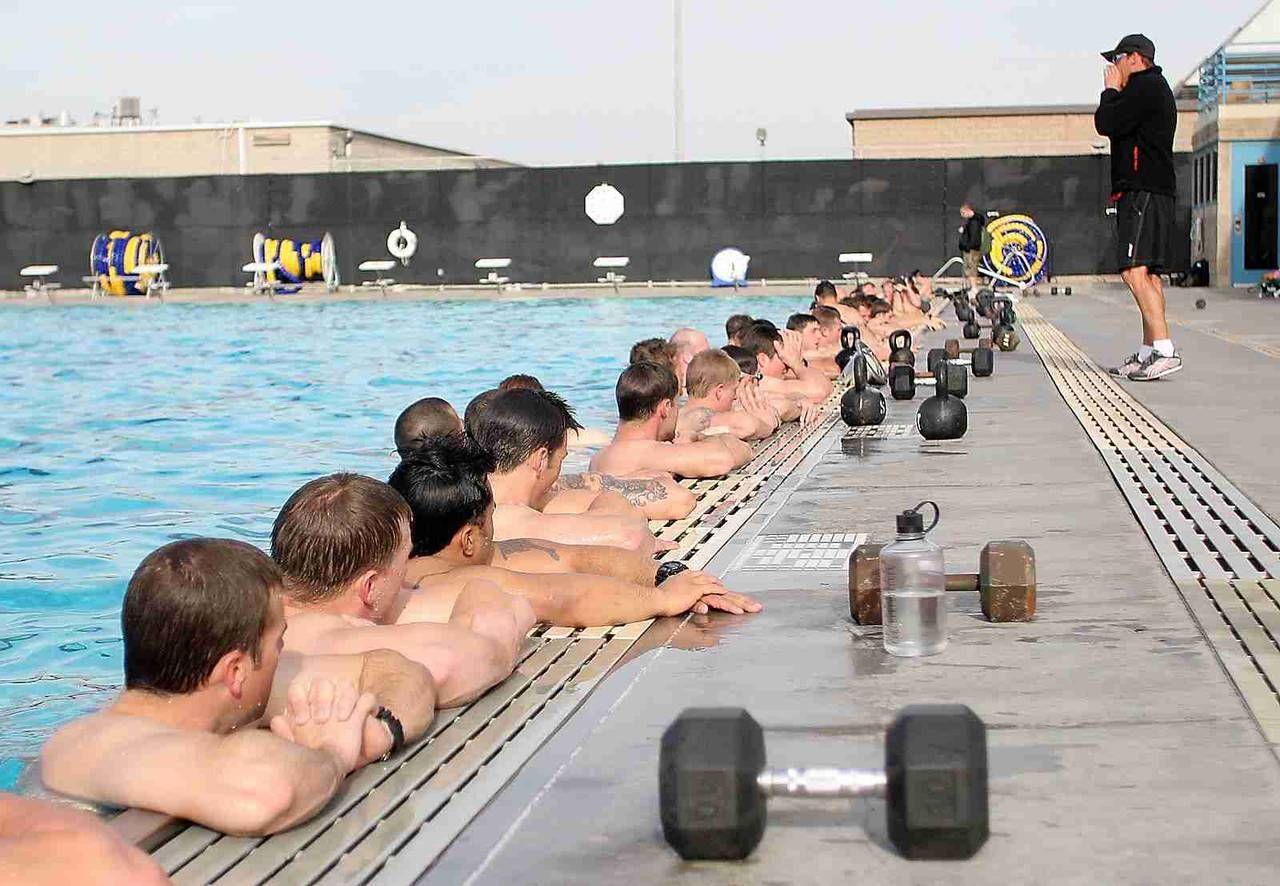 Как тренируются «морские котики» США в бассейне